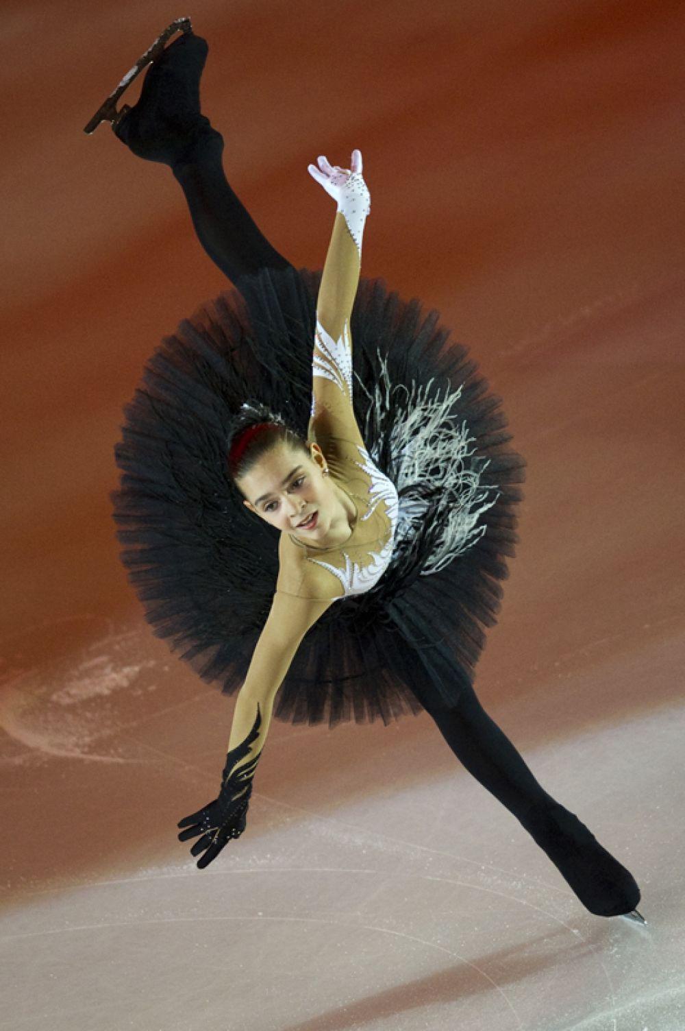 Аделина Сотникова, чемпионка России 2009 года в женском одиночном катании выступает в показательных выступлениях на пятом этапе серии Гран-при по фигурному катанию Cup of Russia. 2010 год.