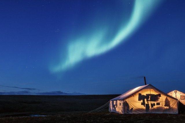 Ночюет путешественник на берегу в палатке или в пустующих чумах
