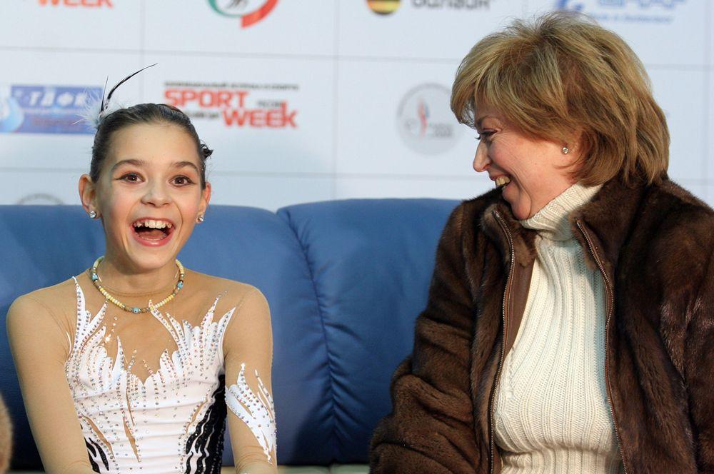 Фигуристка Аделина Сотникова, занявшая 1-е место на чемпионате России по фигурному катанию, и ее тренер Елена Водорезова. 2008 год.