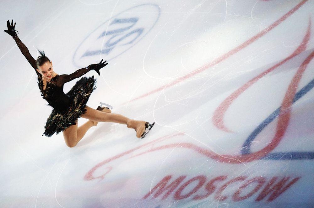 Российская фигуристка Аделина Сотникова принимает участие в показательных выступлениях на чемпионате мира по фигурному катанию в Москве. 2011 год.