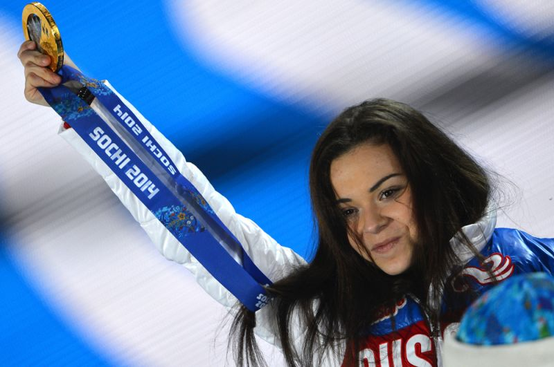 Аделина Сотникова, завоевавшая золотую медаль на соревнованиях по фигурному катанию в женском одиночном катании, во время медальной церемонии XXII зимних Олимпийских игр в Сочи. 2014 год.