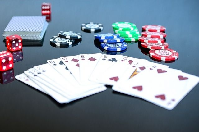Мужчин подозревают в проведении незаконных азартных игр.