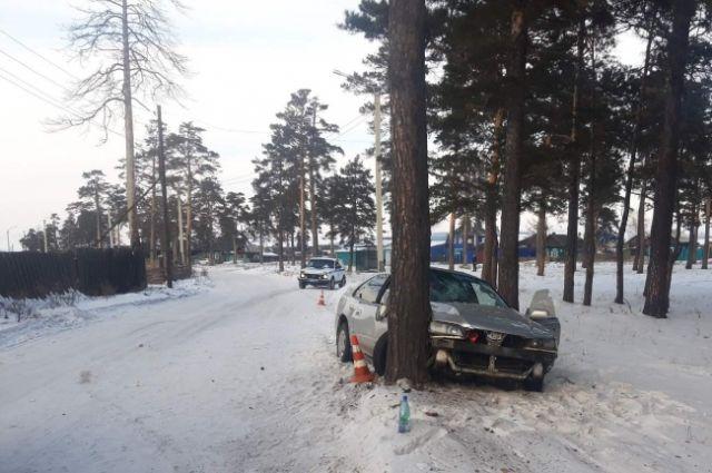 Водитель и пассажир иномарки получили травмы.