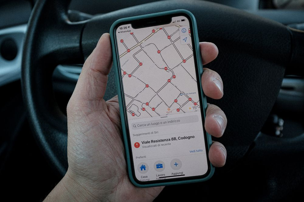 Школьный учитель Марцио Тониоло показывает GPS-карту, на которой видны все закрытые дороги в Кодоньо.