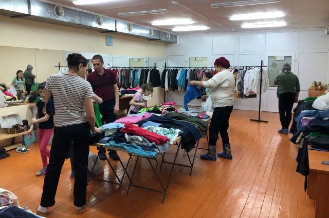 Волонтеры передали одежду в центр для несовершеннолетних Омутинского