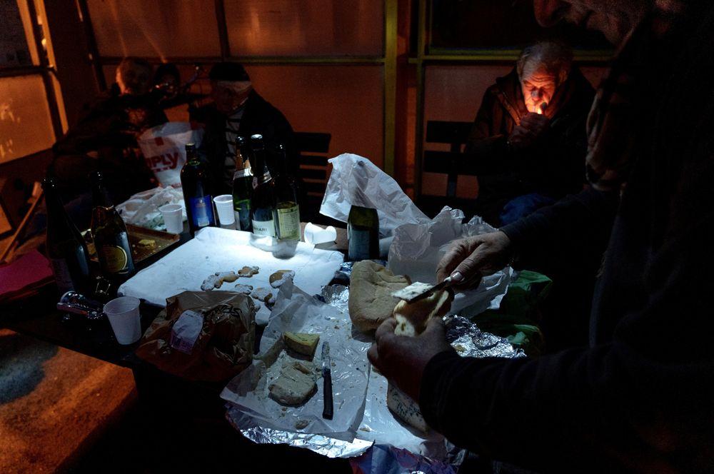 Жители «красной зоны» собираются вечером вместе, приносят еду и вино, никто не носит защитных масок.