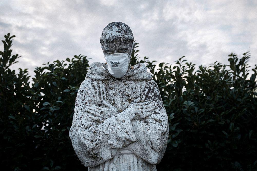 Маска на лице статуи Святого Франциска в Сан-Фьорано.