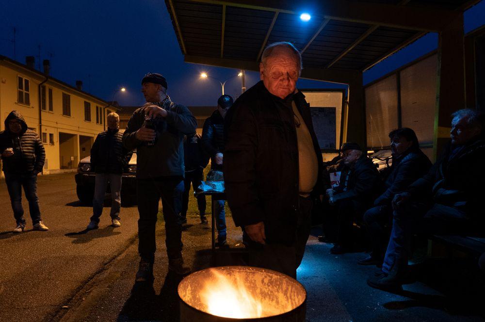 Импровизированная уличная вечеринка на автобусной остановке в Кодоньо.