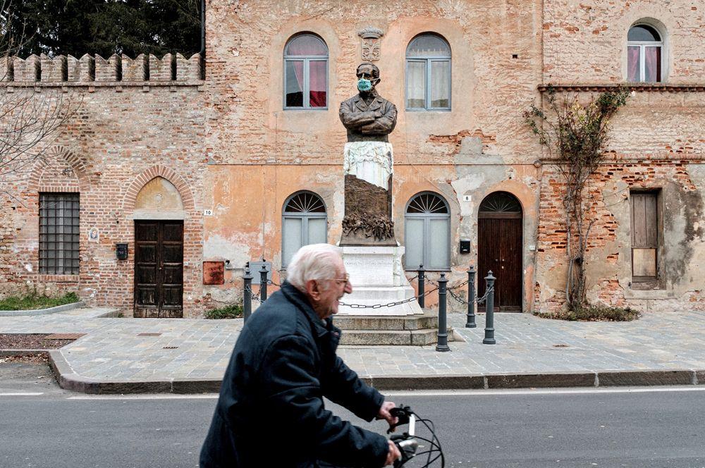 Пенсионер едет на велосипеде в Сан-Фьорано.