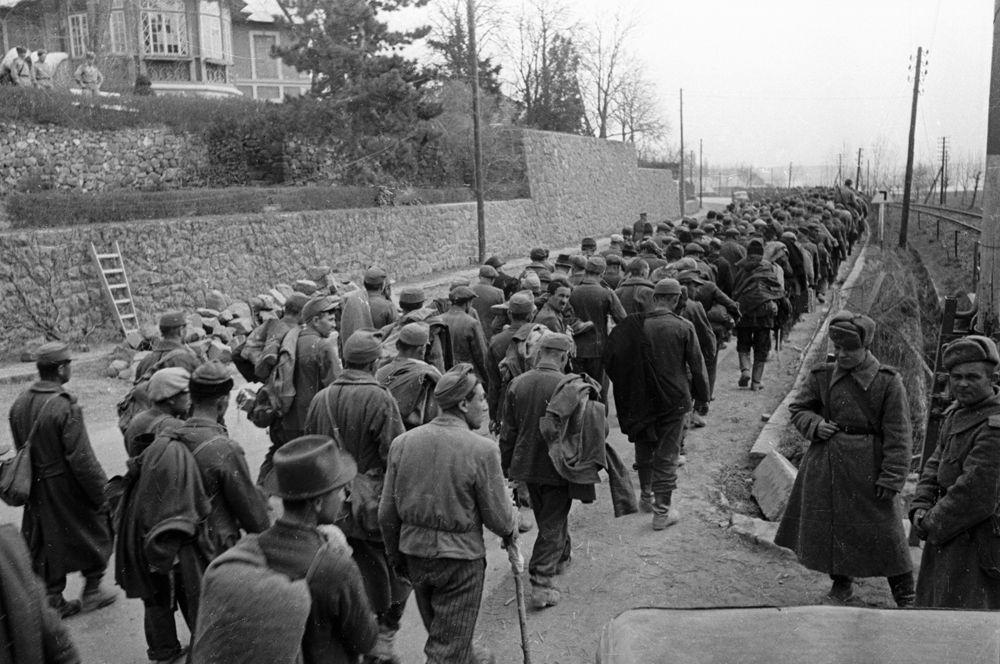 Солдаты венгерской армии, воевавшие на стороне фашистской Германии, захваченные в плен войсками РККА в районе озера Балатон.