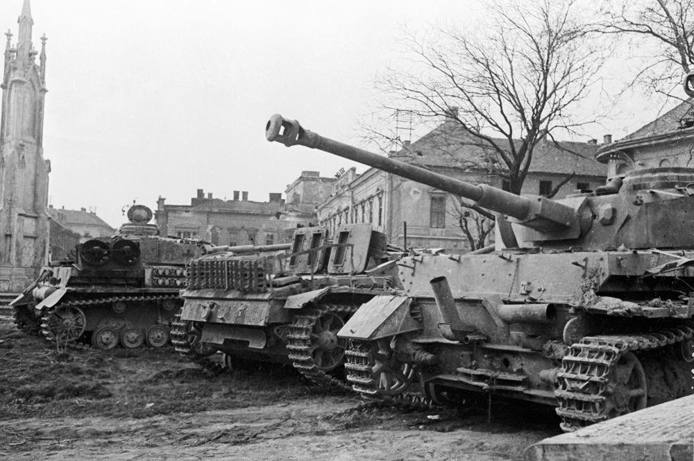 Немецкая техника, захваченная советскими войсками, в районе озера Балатон.