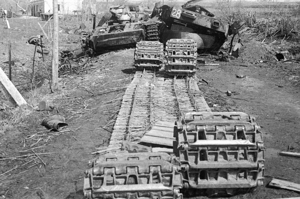 Разбитая немецкая техника, брошенная гитлеровцами в районе озера Балатон. 3-й Украинский фронт.