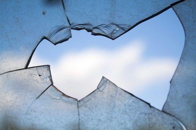 Нападавшие стали разбивать стёкла, уже после того, как мужчина попытался уехать.