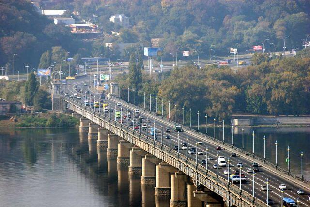На мосту Патона прорвало теплотрассу