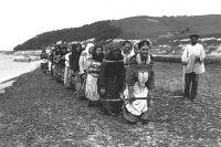 Женщины-бурлаки тянут плоты по реке Суре. 1910 год.