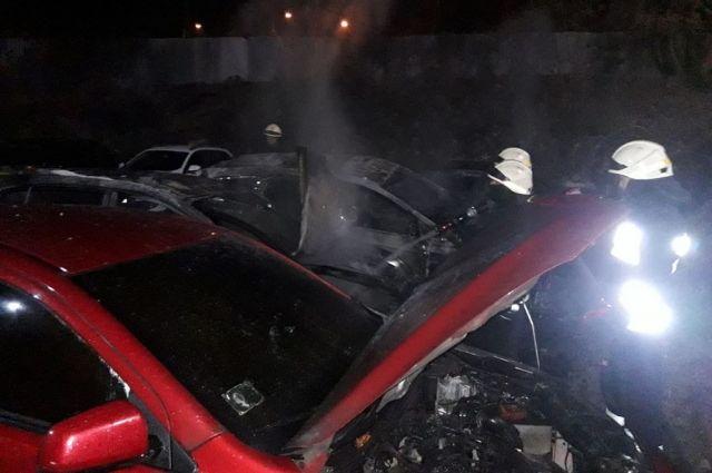 Под Днепром на стоянке сгорели четыре легковых автомобиля