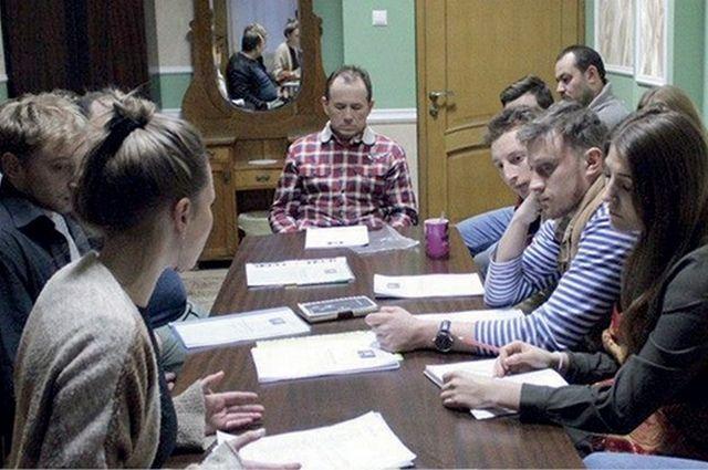 Режиссёр Анна Троянова (слева на фото) проводит с актёрами Брянского ТЮЗа читку инсценировки «На войне как на войне».