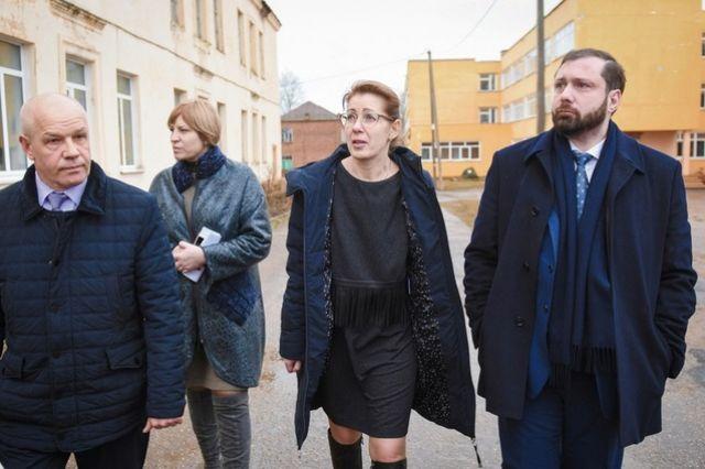 Губернатор Алексей Островский (справа) осматривает территорию Хиславичской средней школы при которой работает интернат.
