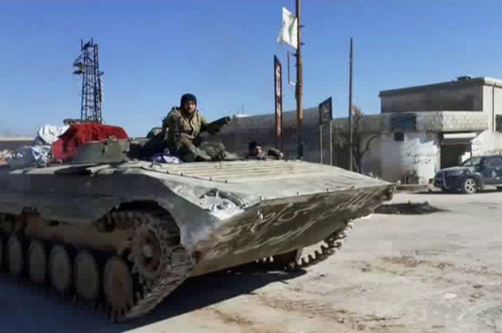 Солдаты сирийской армии продвигаются по городу Кафр-Набаль, Сирия.