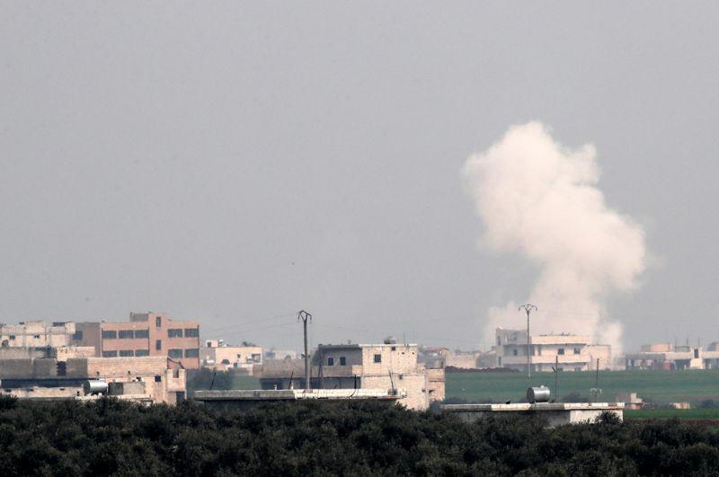 Дым над домами после авиаудара в городе Серакиб.