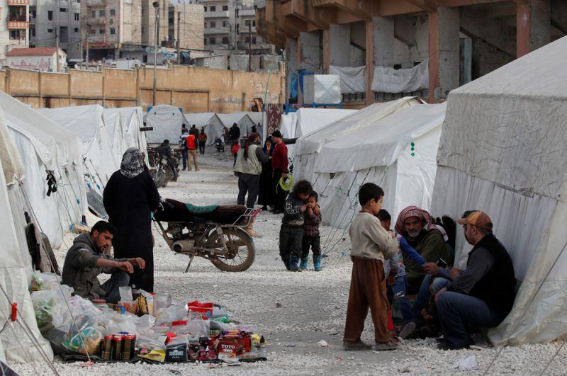 Сирийцы в лагере беженцев в Идлибе.