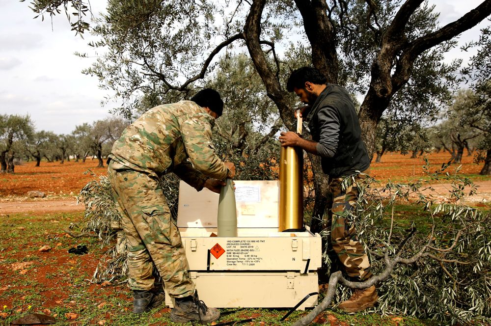 Сирийские боевики готовят артиллерийские орудия для удара в Идлибе.