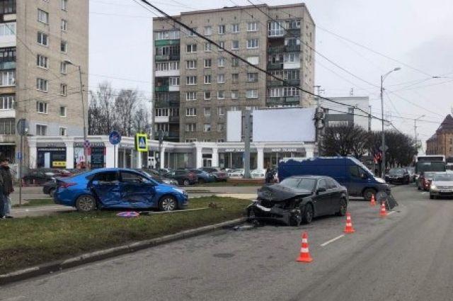 Три человека пострадали в аварии на улице Черняховского