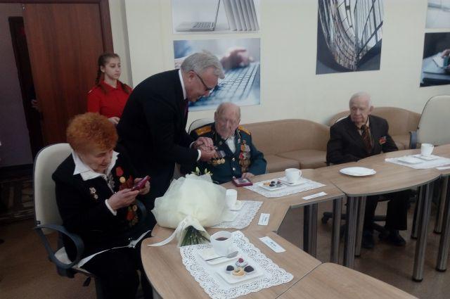 Ветеранам вручают юбилейные медали «75 лет Победы в Великой Отечественной войне 1941-1945 гг.».