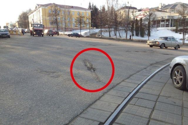 Старые рельсы на улице Дзержинского нашли во время ремонта. Оказалось, что их просто закатали асфальтом.