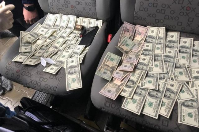 В Волынской области таможенника поймали на взятке $12 тысяч