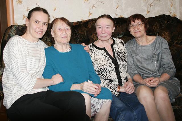 Дочери (в центре) и внучки хранят память о своём Победителе – матросе Афанасьеве.