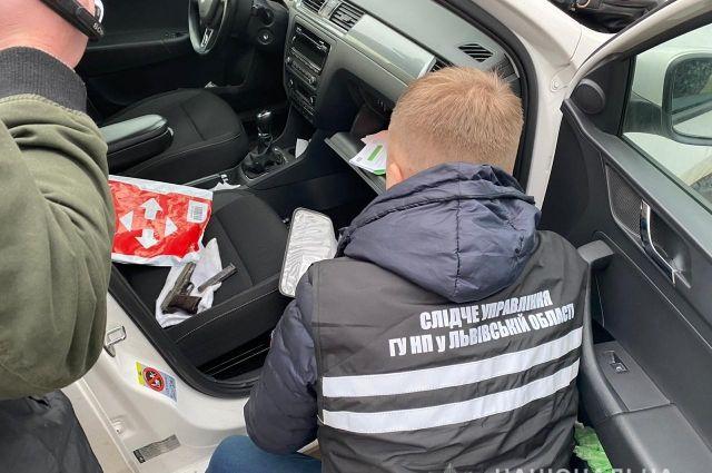 Во Львове правоохранители задержали мужчину во время продажи оружия
