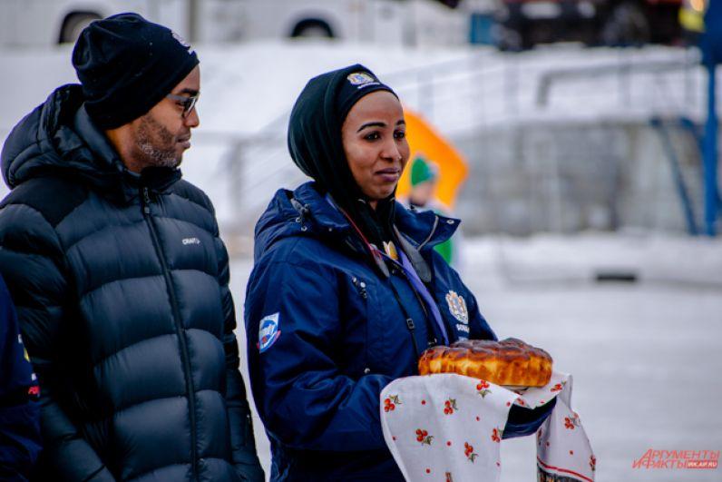 На мини-открытиях в первый день чемпионата гостей традиционно встречали хлебом-солью.