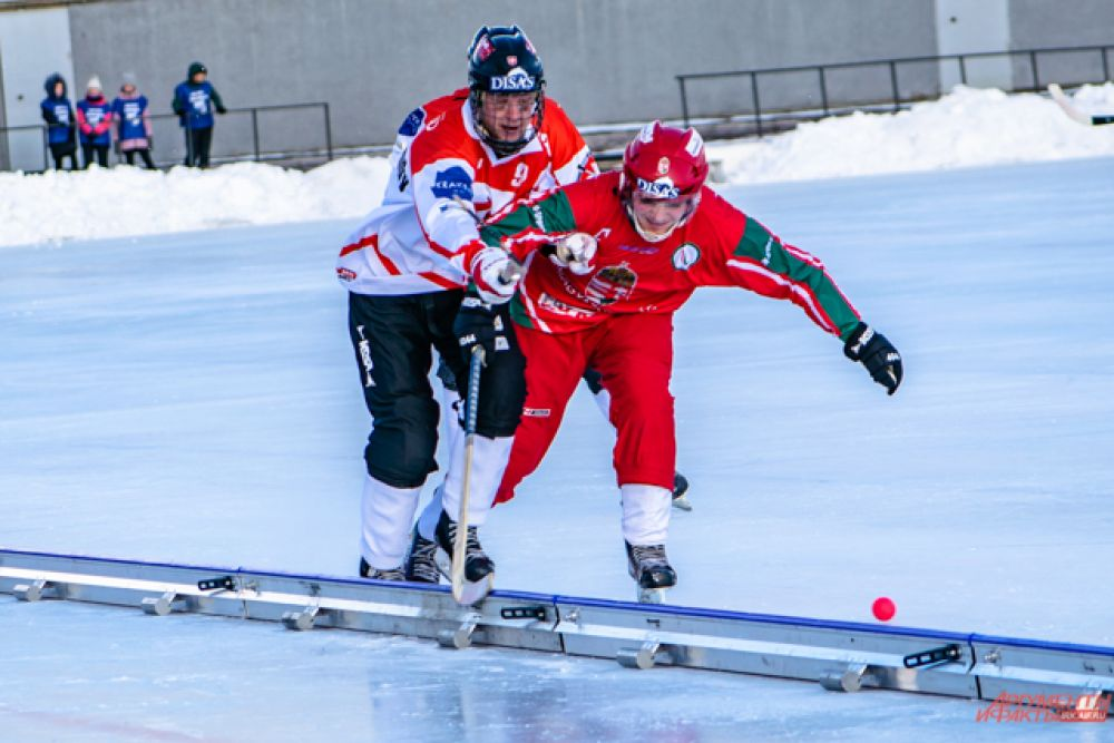 А в борьбе за золото клюшки скрестят сборная Венгрии...