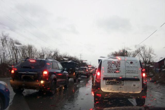 Многие застрявшие в пробках связывают транспортный коллапс с подготовкой горожан к праздничным выходным.