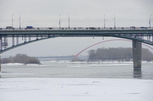 Спасатели нашли на воде мужчину, подняли его на борт аэробота и доставили на берег в аварийно-спасательный отряд службы МАСС в районе Бугринского моста.