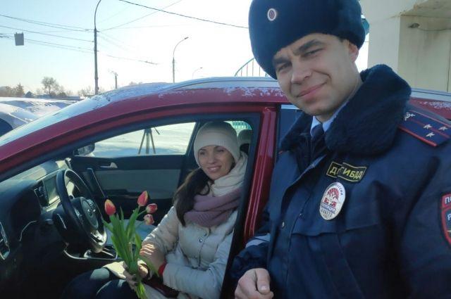 Сотрудники ГИБДД города Новосибирска сегодня массово останавливают на городских дорогах женщин за рулем.