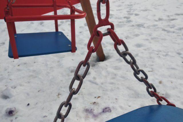 Ничем не прикрытые цепи на качелях могут травмировать руки ребёнка.