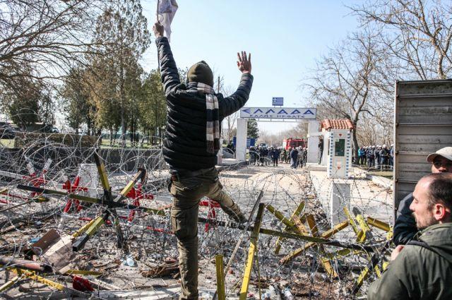МИД Греции: Турция отправляет на границу с ЕС мигрантов, а не беженцев