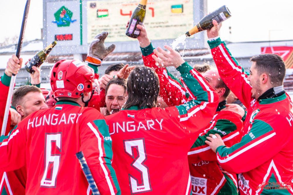 В честь победы венгры открыли шампанское и облились им, празднуя долгожданное золото.