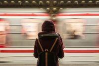В сети появилось фото пассажиров метро, которые полностью закрыли лица масками и шапками, натянув головные уборы на глаза.