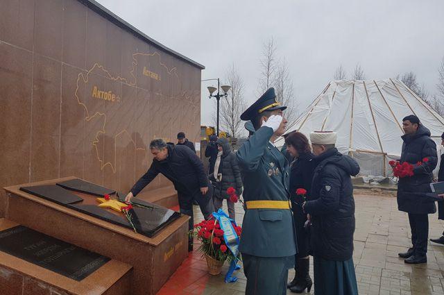Возложение цветов к монументу памяти воинов 100-й и 101-й отдельных стрелковых бригад во Ржеве.