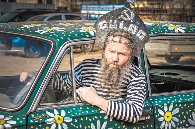 Международный стереотип – русский мужик суров. На фото: красноярский художник Василий Слонов в своих инсталляциях умело эксплуатирует этот миф.