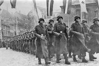 Парад латышских легионеров в честь дня основания Латвийской Республики. 1943 год.