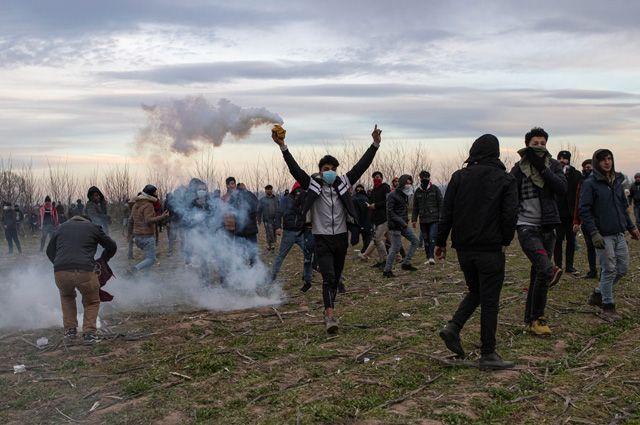Беженцы на границе Турции и Греции.