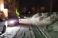 Ребенок скатился с горки на ледянке прямо под колеса автомобиля.