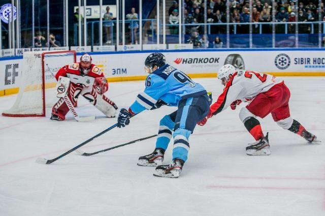 Хоккейный клуб «Автомобилист» из Екатеринбурга обыграл «Сибирь» со счетом 5:1 в четвертом матче первого раунда плей-офф.