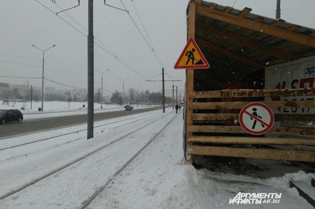Примерно 200 метров людям приходится идти по трамвайным путям.
