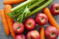 Стоматологи рекомендуют тюменцам есть зелень, морковь и яблоки