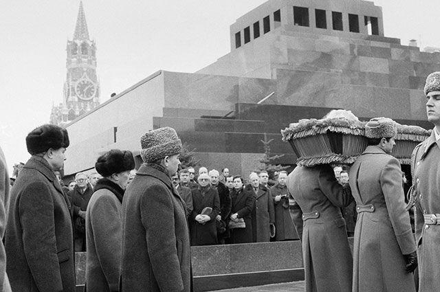Первый и последний президент СССР Михаил Сергеевич Горбачев во время траурной процессии на похоронах генерального секретаря ЦК КПСС Константина Черненко. 13 марта 1985 г.